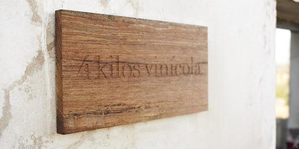 Cartel ubicado a la entrada de la bodega