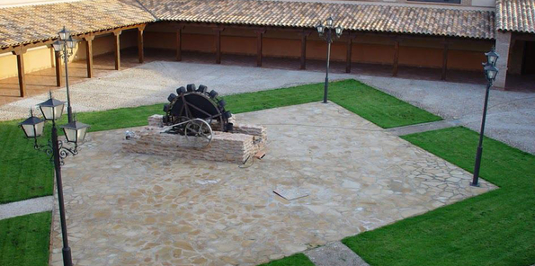 Vista del patio con la noria de agua