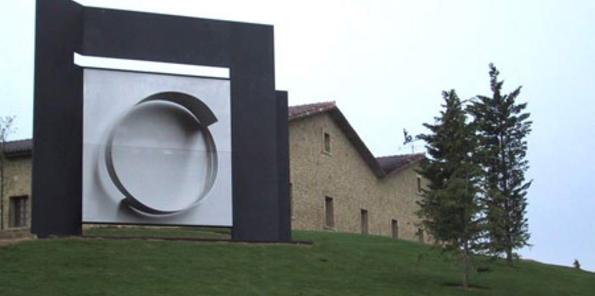 Escultura a la entrada de bodega
