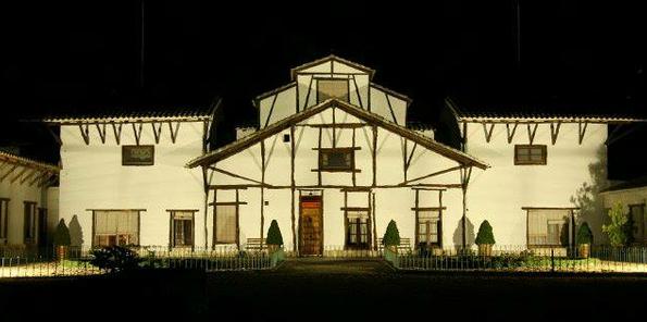 Imagen nocturna de la fachada de bodega