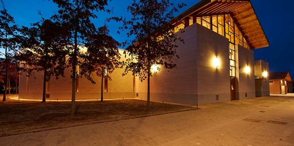 Vista nocturna del edificio nuevo de bodega