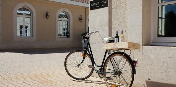 Bicicleta en el exterior de la bodega
