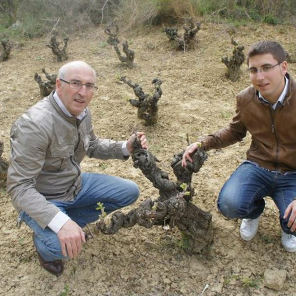 Juan Carlos con su hijo en el viñedo