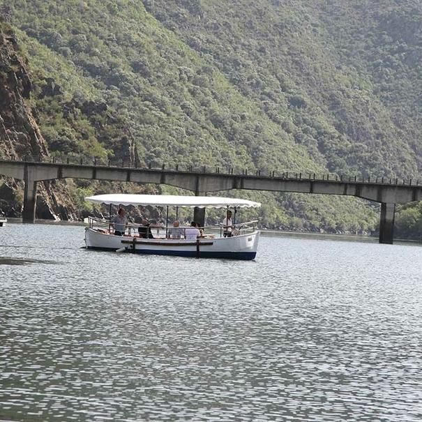 Vista de un barco sobre el río Sil