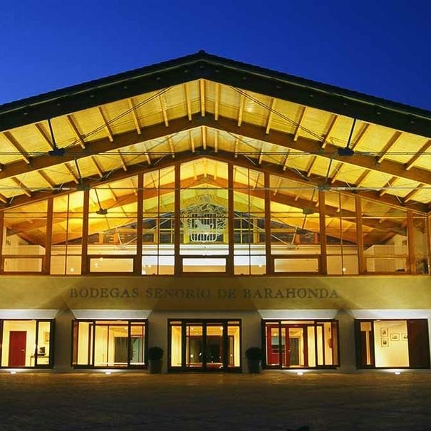 Vista nocturna del edificio principal de bodega