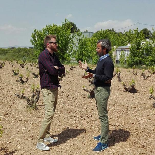Alfredo Candela charlando en el viñedo
