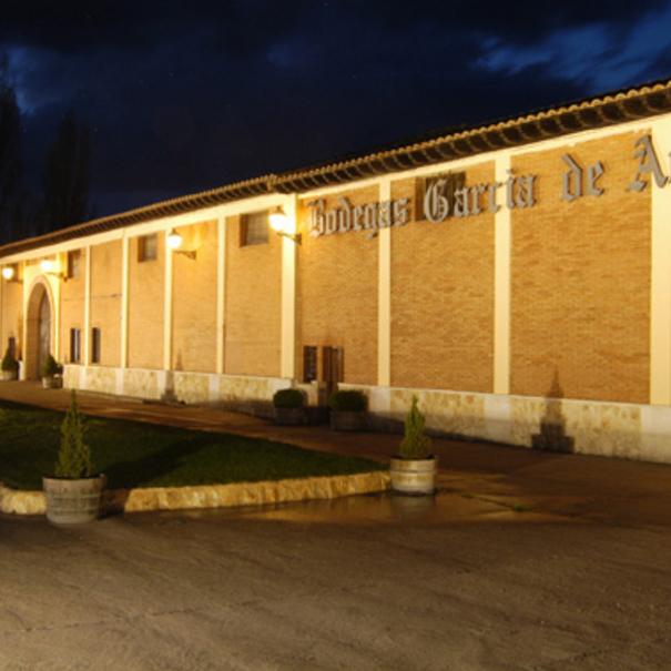 Vista nocturna del edificio de García de Aranda