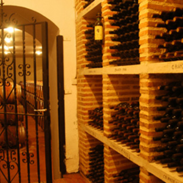 Interior de la bodega, con el vino reposando en botella