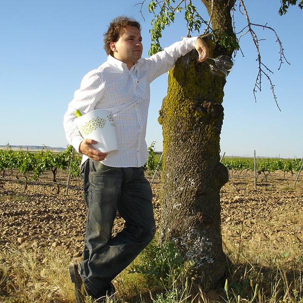 Eduardo Poza en el viñedo con la cubitera Verdeal