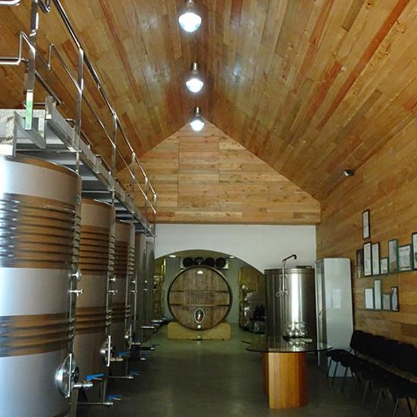 Interior de bodega forrada en madera
