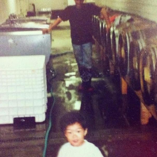 Foto familiar con un pequeño Will Camarda en la bodega en 1989