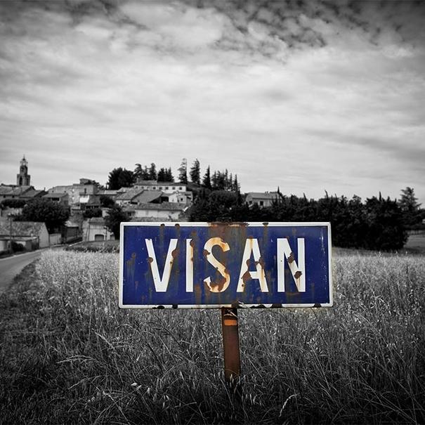 Vista de la entrada al village de Visan