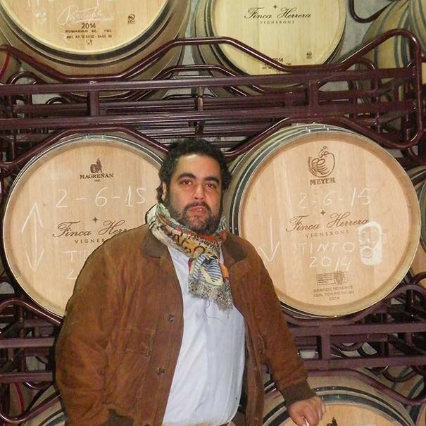 Manuel Herrera en la sala de barricas.