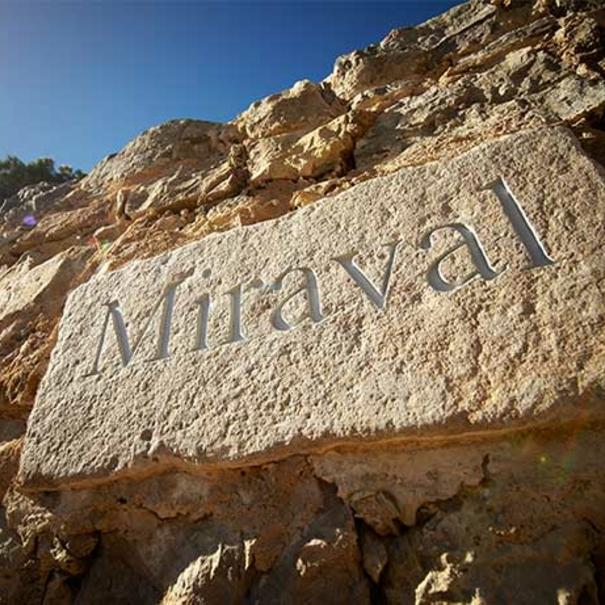 Nombre de la bodega inscrito en la piedra