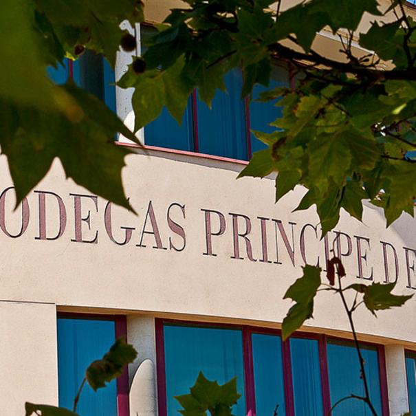 Detalle de la fachada de Bodegas Príncipe de Viana