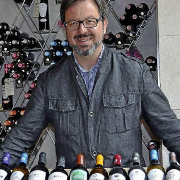 Javier Rodríguez con sus vinos