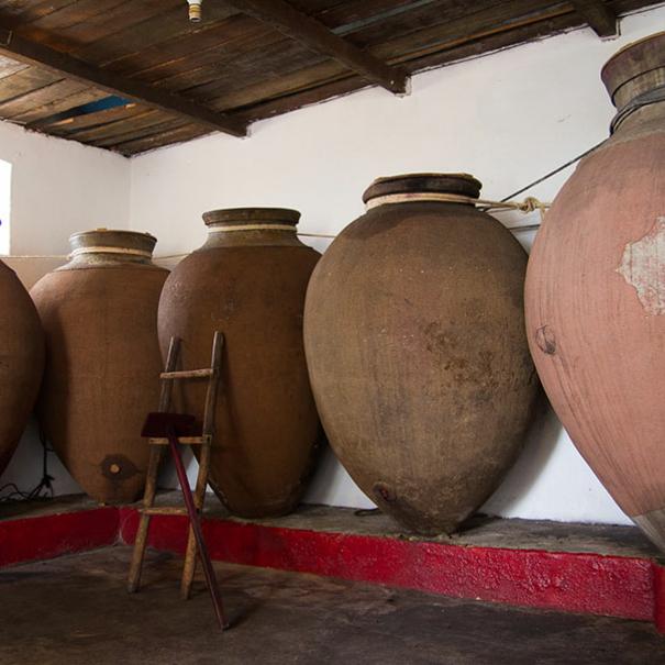 Tinajas de arcilla inspiradas en técnicas romanas