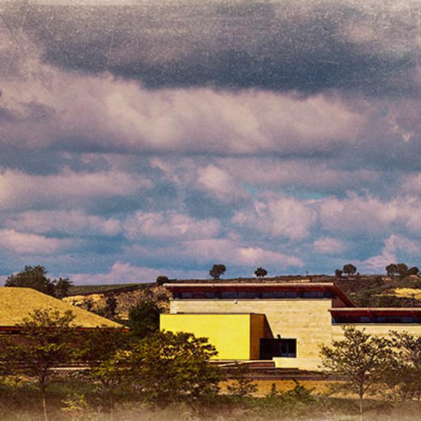 Vista del edificio de bodega desde lejos