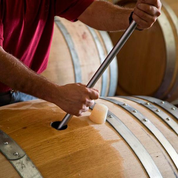 Removido del vino en la barrica